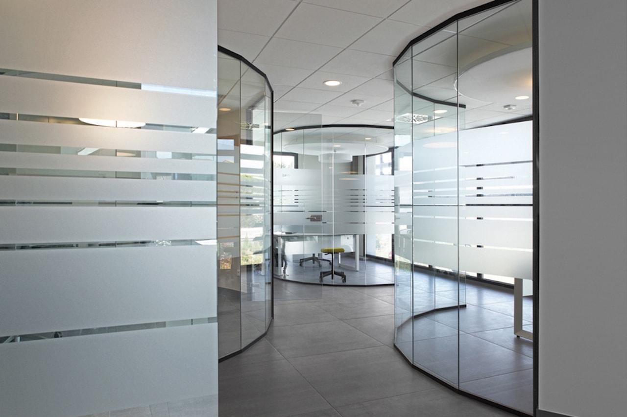 Cloison-Hoyez-Transparence-vitree-courbee-amenagement-banque-ossature-aluminium-noire