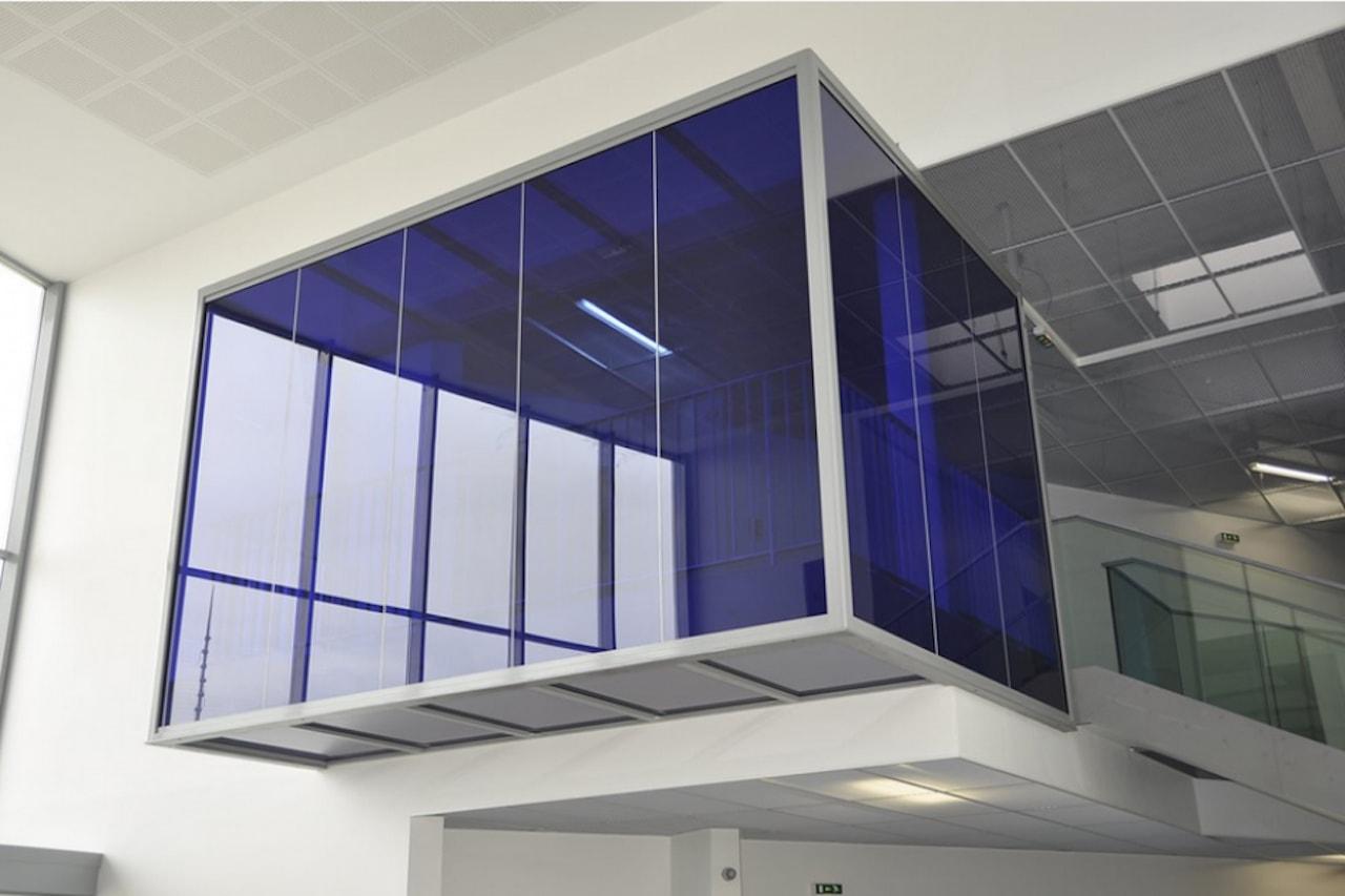 Cloison-hoyez-H5-transparence-suspendue-bleue-amenagement-hall-daccueil-lycee-945x630